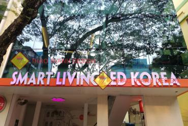 Thi Công Chữ Nổi Inox Vàng Ốp Mặt Mica Gắn Đèn Led 7 Màu Âm Bên Trong Showroom Đèn Công Nghệ SMART LIVING LED KOREA